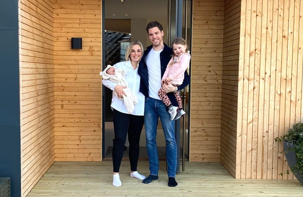 Familjen utanför nya huset. Här bor Linus Fernström, Karin Persson, Stella, snart 4 år och lilla Frans, 2 månader.