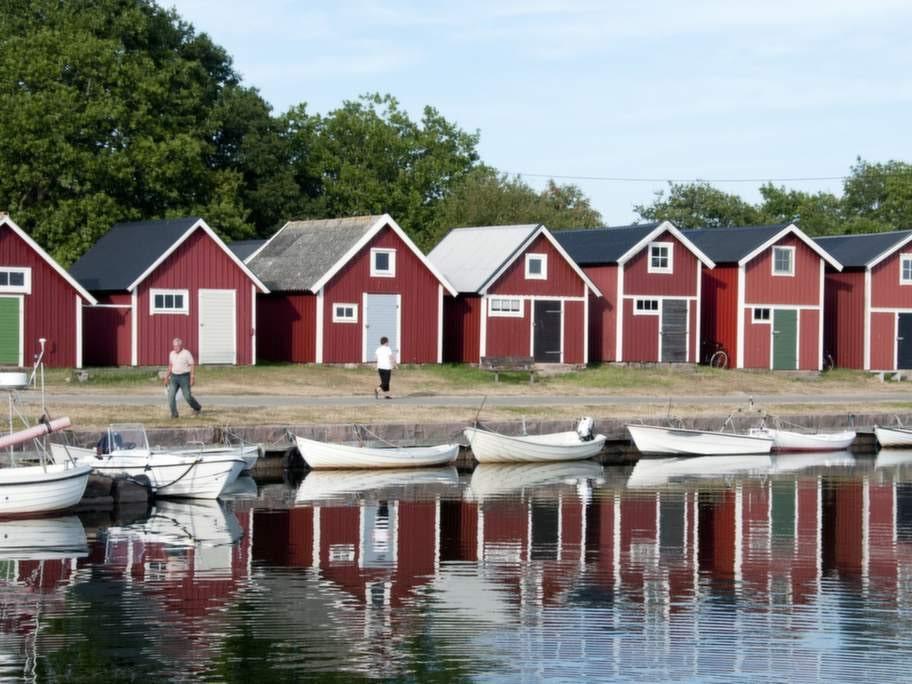 Fiskeindustrin lever men just i dag är det lugnt bland bodarna i Torhamn.