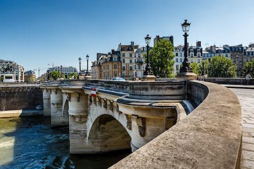 På 1600-talet sålde kolportörer böcker på gatorna kring Pont Neuf, och bron var i perioder platsen för uppläsningar, skådespel och musikuppträdanden. Men ordningsmakten bevakade verksamheten misstänksamt.