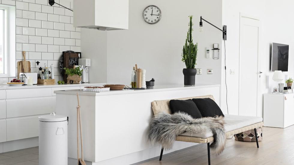 Köksdelen avgränsas av låga bänkskåp i stället för en hel vägg, vilket suddar ut gränsen mellan kök och matrum.
