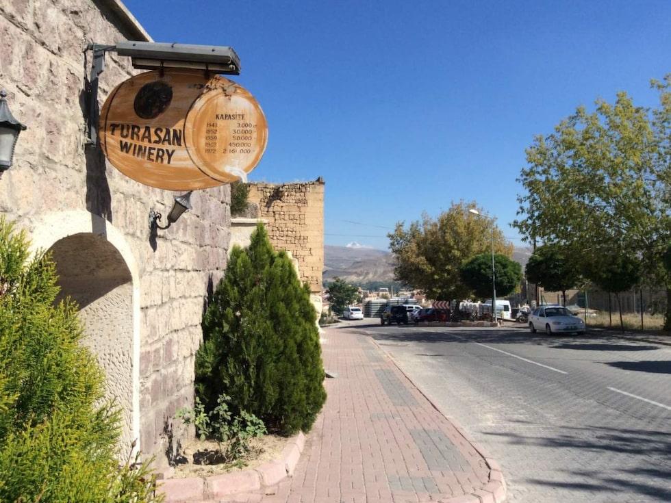 Lite överraskande är kanske att Turkiet har producerat vin sedan hittiterna bodde här, i 4000 år. Särskilt gynnsamt för vinodling är klimatet i Kappadokien, den näringsrika vulkaniska jorden och den varma solen.
