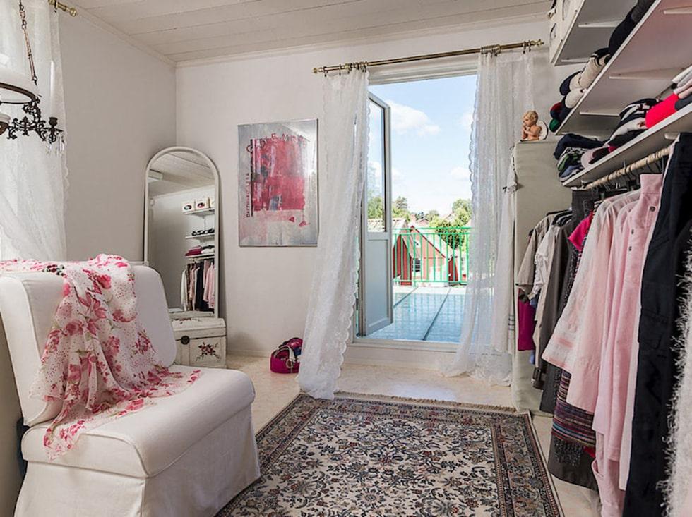 ... ett eget stort rum som garderob! Här har du utgång till balkongen också.
