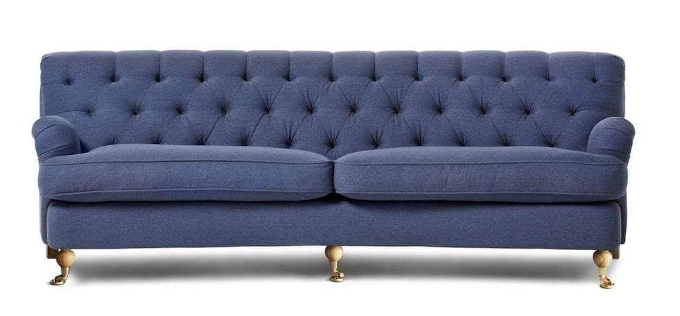 Romantisk. Pikérad och svängd är soffan Barkley med plats för tre. 250 centimeter bred, 11 995 kronor, Mio.