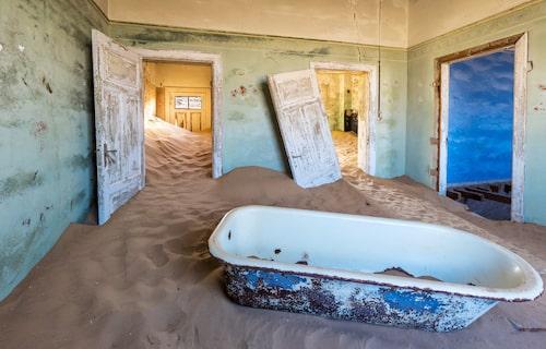 Det liknar en surrealistisk konstinstallation – men det är ett hus i den namibiska gruvstaden Kolmanskop.