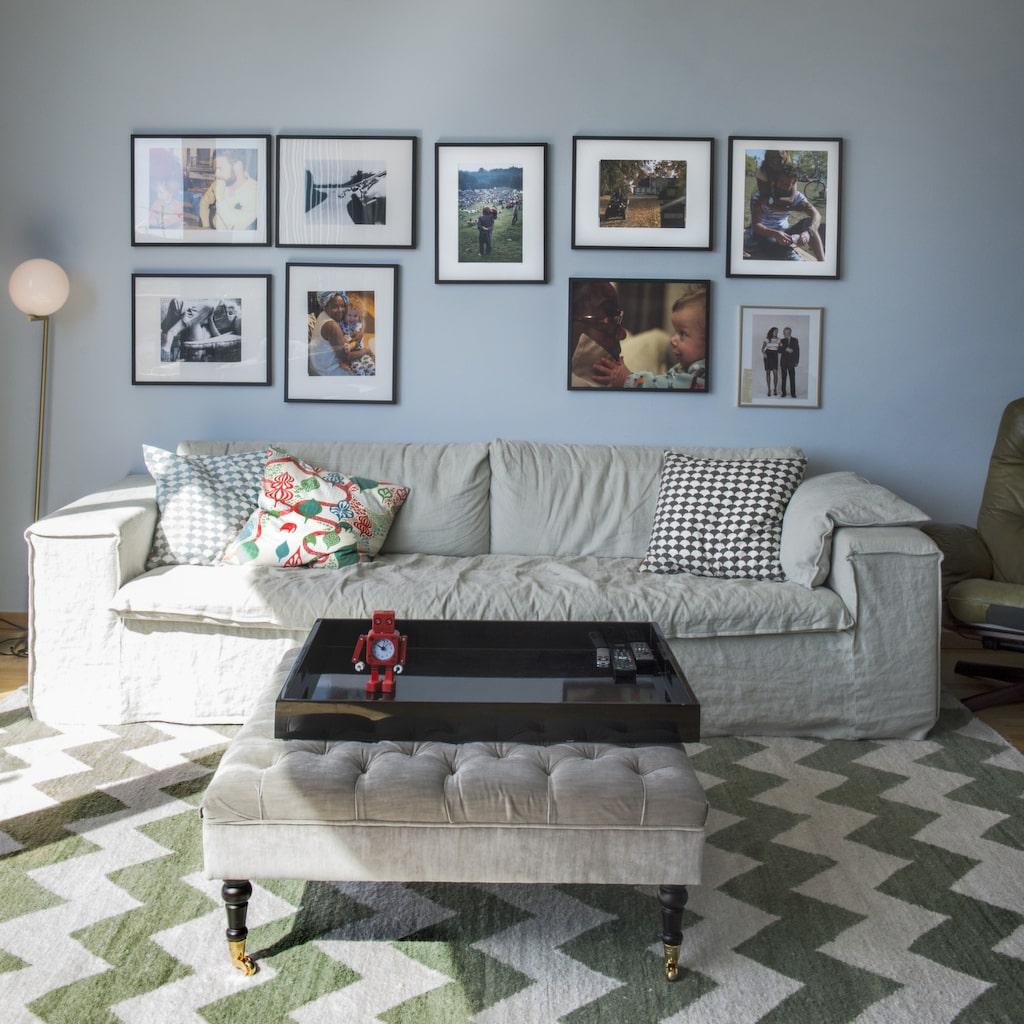 Sällskapsyta. På övervåningen finns ett till vardagsrum. Soffa från Meli meli home, golvlampa från Flos och pall från Bohem.
