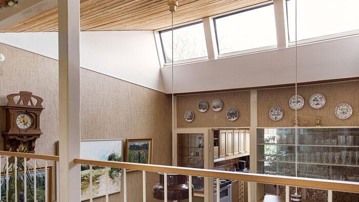 I matrummet finns stora takfönster som släpper in ljus.