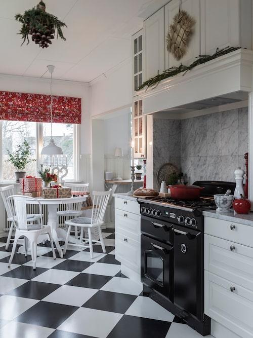 Familjen Hansson tycker mycket om att laga mat och spisen går varm till jul. Spis, Falcon.