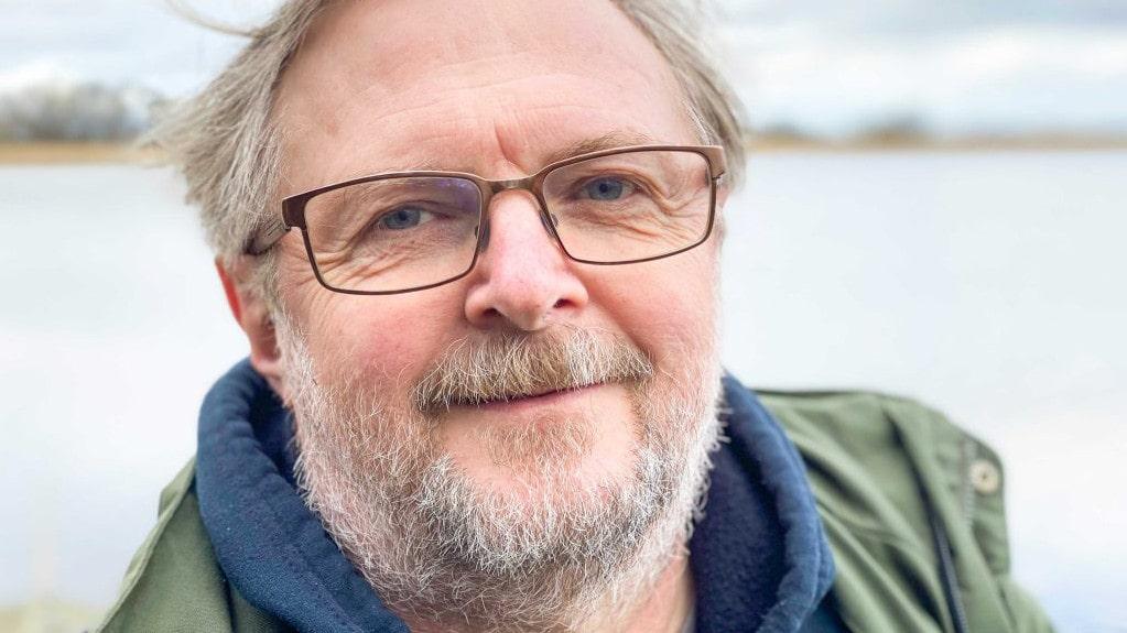 Mora Aronsson, ordförande i Svenska Botaniska Föreningen och biolog på Artdatabanken, har tagit fram en risklista på 1000 växter i Sverige som är eller kan komma att bli ett hot mot våra inhemska arter och den biologiska mångfalden.
