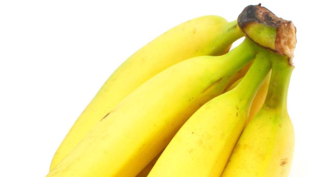 <p>Undvik att bananerna blir övermogna med hjälp av lite plastfolie.</p>