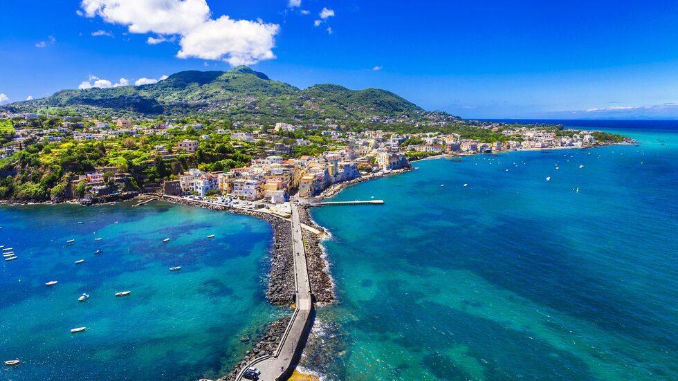 Italienska ön Ischia bjuder på vacker natur, fina stränder och charmiga småstäder.