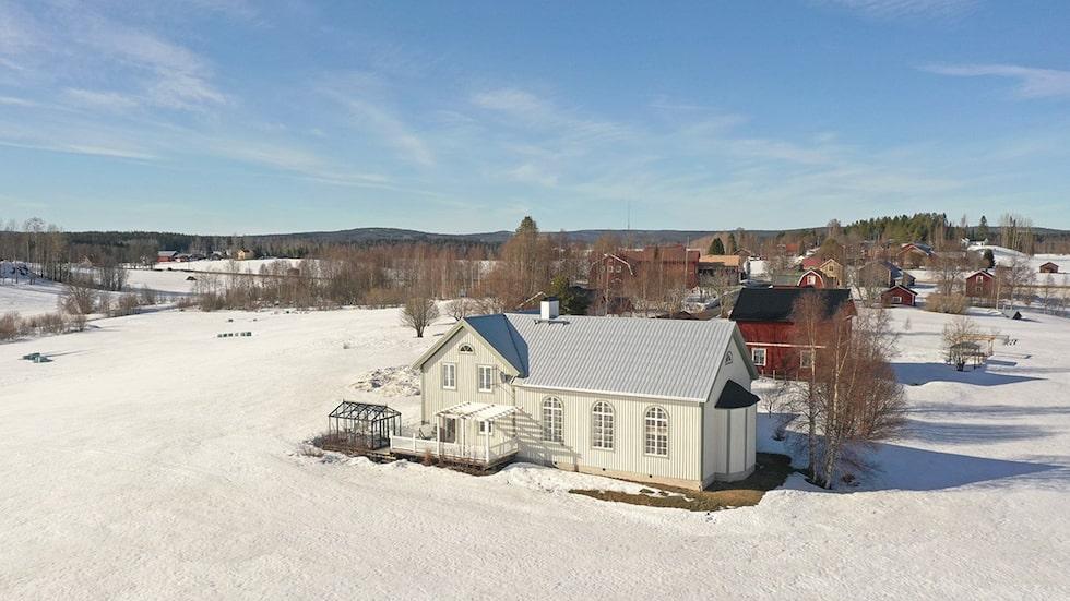 Huset ligger i Kasamark utanför Umeå, omringat av åkrar.