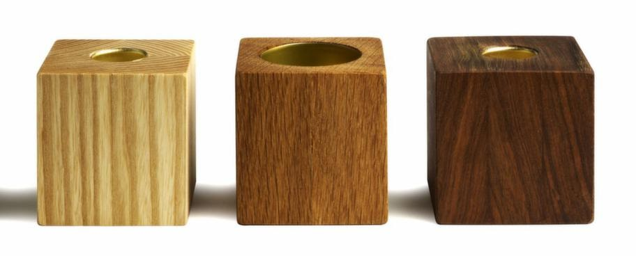 Lysande i trä. Brolle gillar att inreda med trä och sten. Vändbar ljusstake i trä, 148 kronor, Bengt & Lotta.