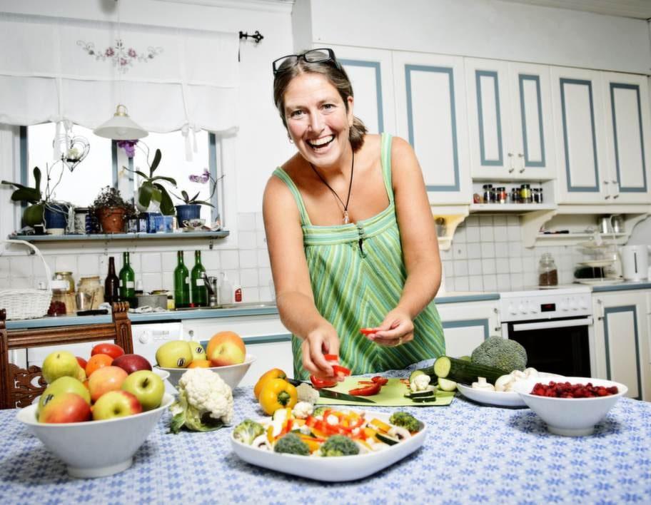 Middagsdags. Lena Söderblom förbereder grönsaker som hon ska  ugnsbaka. Hon har provat 5:2-dieten i en månad och redan tappat flera  centimeter.