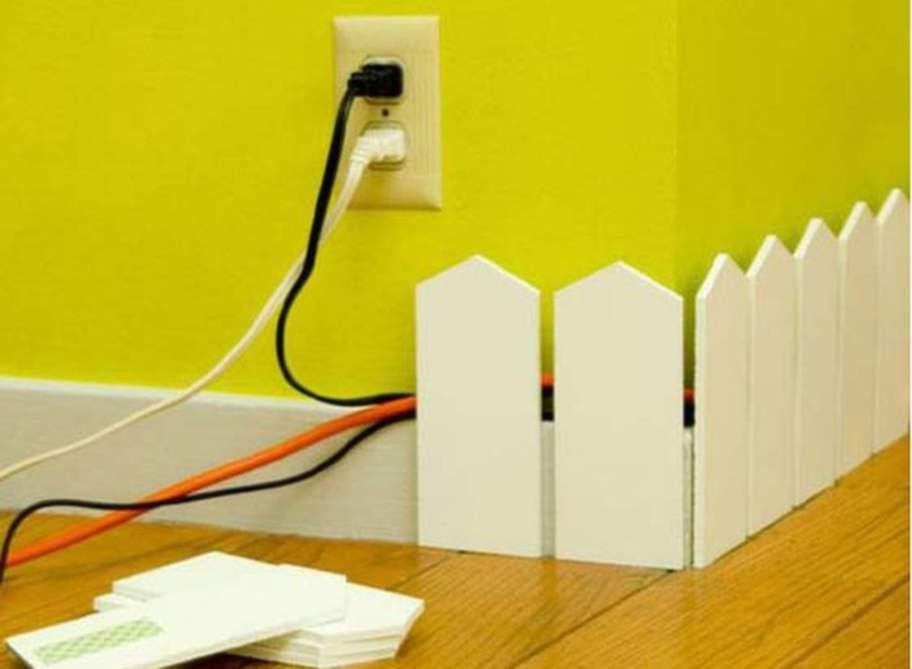 Bygg ett litet staket för att dölja din sladdar längs väggen.