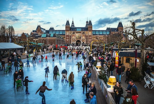 Skridskoåkning på Museumplein framför Rijksmuseum.