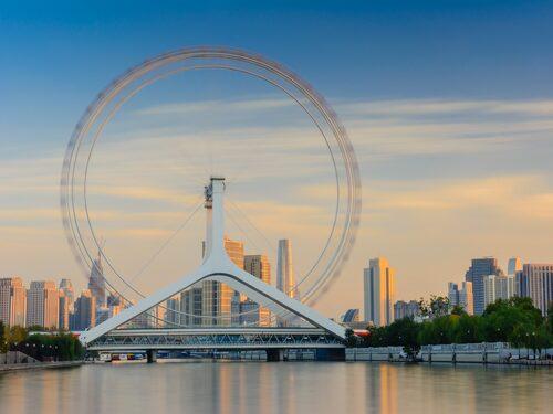 Tianjin Eye är byggt rakt över en bro.