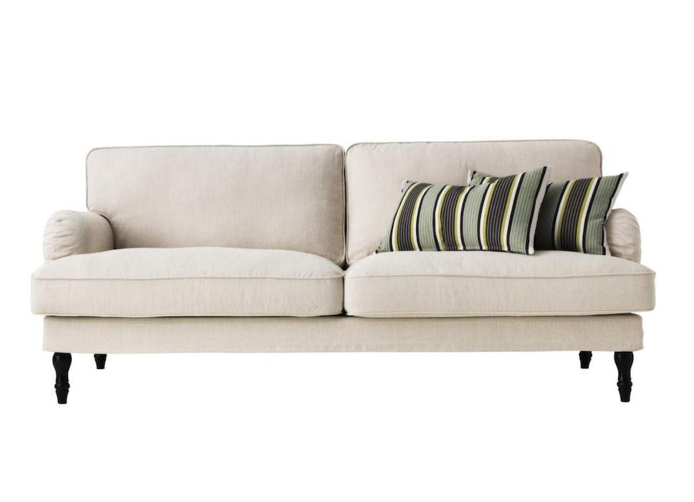 Klassisk modell. En variant på den klassiska Howard-soffan, med svarvade ben i stället för två hjul. Tvåsitssoffan Stocksund finns i fem olika färger, 4 995 kronor, Ikea.