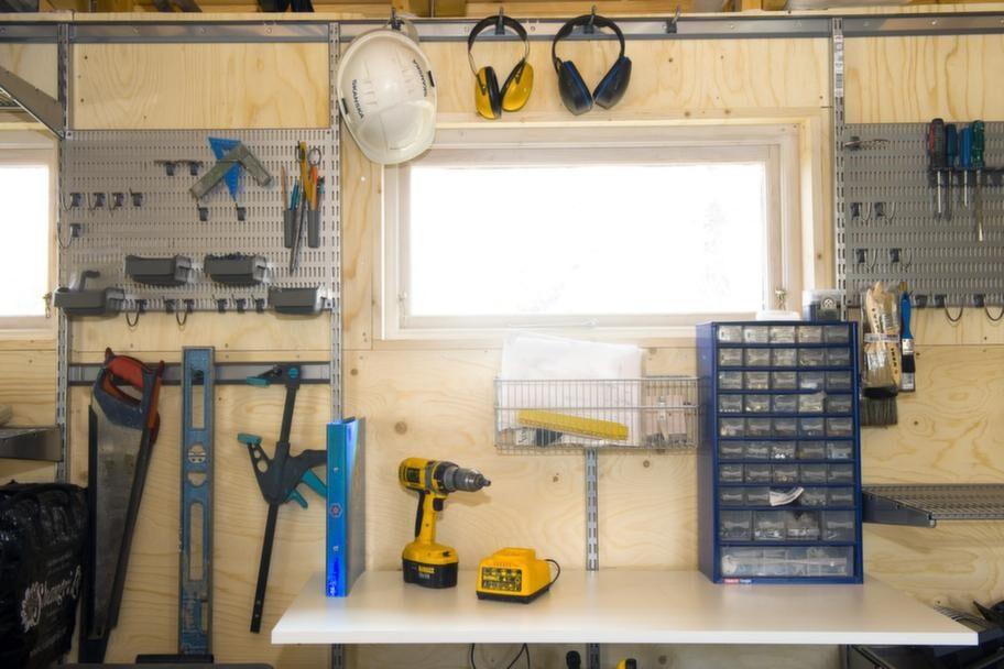 EGEN SNICKARVERKSTADDetta är verkligen ett garage med plats för allt. Så även en snickarverkstad med alla dess detaljer som skruvar och muttrar.
