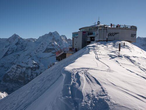 """Toppstationen Piz Gloria på toppen av berget Schilthorn var platsen för Blofelds högkvarter i """"I hennes majestäts hemliga tjänst"""" (lägg märke till 007-märket på sidan)."""