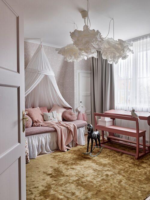 Dottern Ilsas rum är en riktig flickdröm i rosa med sänghimmel och mjuk matta att leka på. Skolbänk, Blocket. Matta, Linie Design.