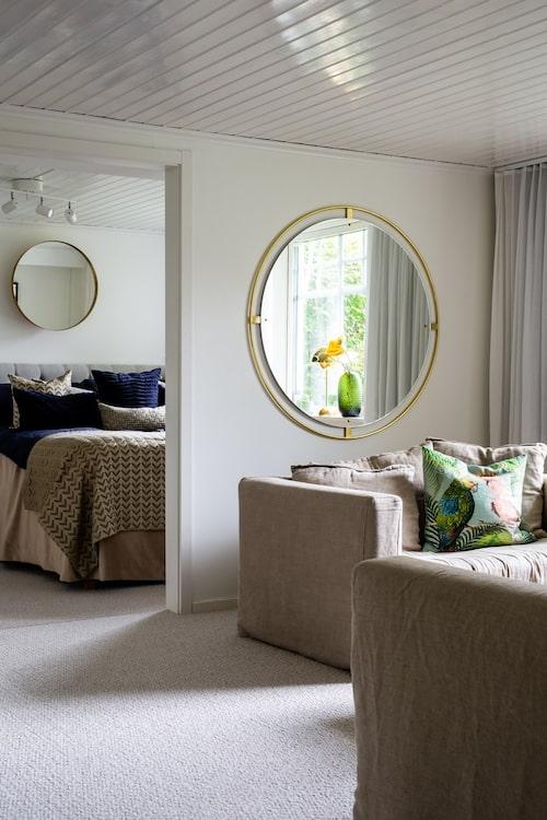 På entréplanet ligger gästrummet, som har en lyxig inramning med vackra textilier i en beige färgskala. Sofforna Le Grand Air från Decotique kommer från Rum21. Spegel, &Tradition.