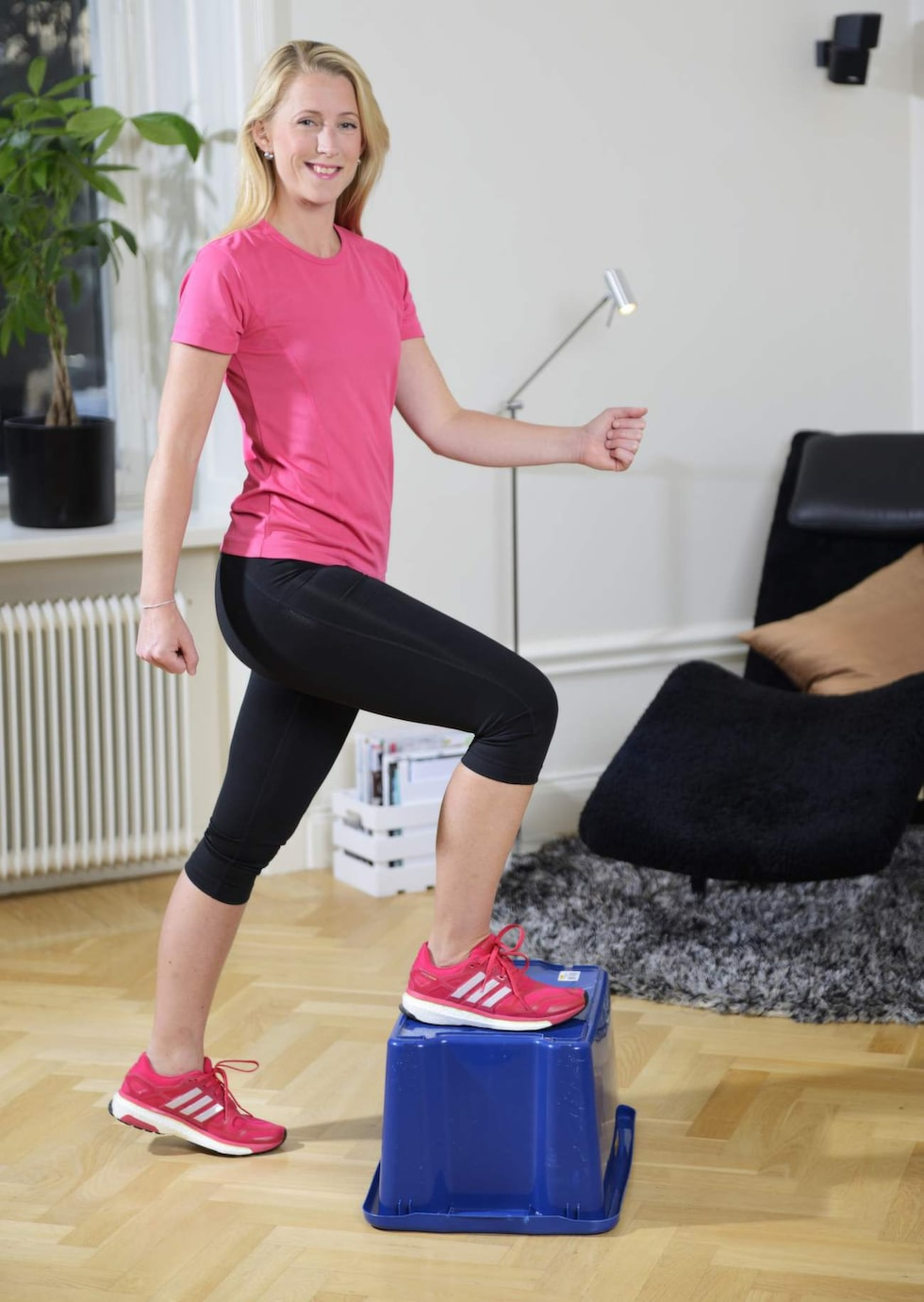 4. TrappstegAnvänd ett trappsteg, låg pall/låda eller liknande. Kliv upp med vänsterfoten på lådan och res dig sedan upp så att du står på lådan. Gå sakta ned igen med samma ben som du gick upp med. Gör nu om samma procedur fast med höger ben. Upprepa 15 gånger på varje ben.