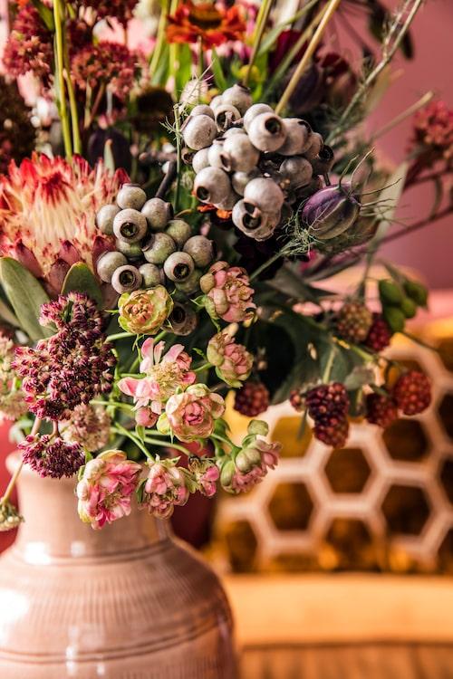Ljusrosa hög keramikvas, 395 kr, Spiti. Vackra blommor från Floristkompaniet.
