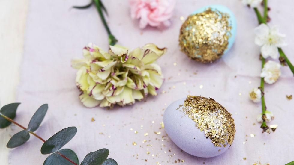 Vem blir inte glad av färgglada påskägg? Gör glittriga påskägg i år!