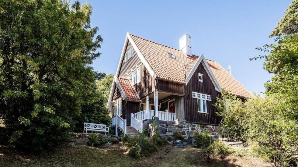 Den här villan ligger i Göteborg och har ett kulturhistoriskt värde. Kommunen har bestämt att vissa delar av huset måste bevaras i sitt ursprungliga skick