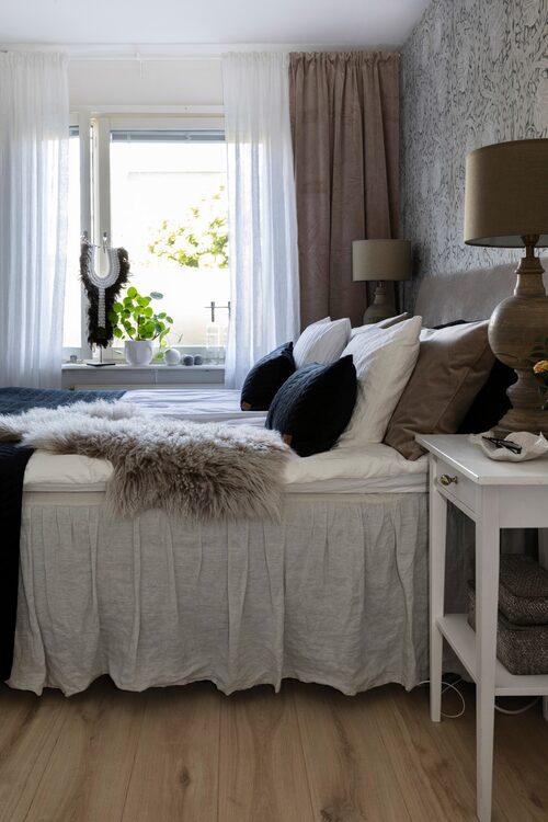 Textilier kan man aldrig få för många av, tycker Anna. Den lilla keramikskålen på hennes nattduksbord har hon gjort själv. Sänglampor, Hallbergs Belysning. Sängkappa, Ellos. Kuddar, Svanefors och Mogihome. Fäll och gardiner, Mogihome.
