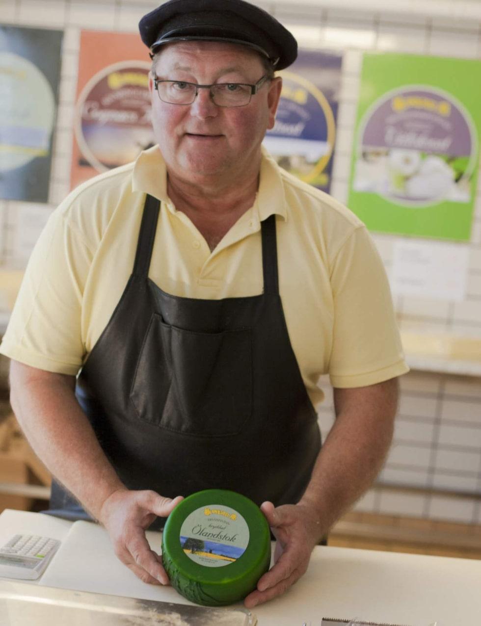 Rolf Persson bjuder på härliga ostar på Ölands ost.