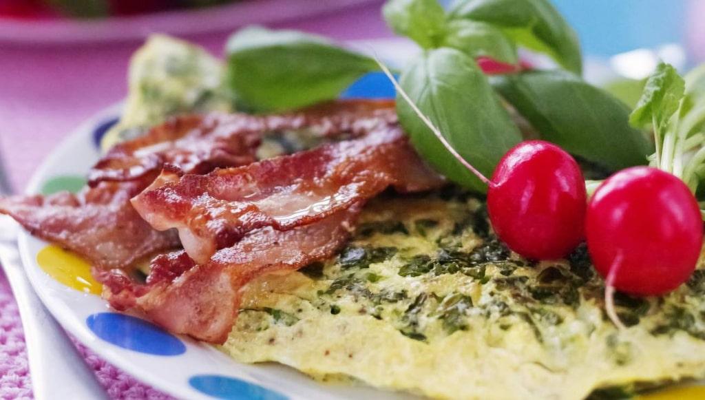 <p>Även bacon är processat kött, som nu listas som cancerframkallande av WHO.</p>