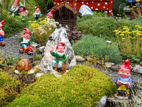 Världens största samling av trädgårdstomtar lockar i engelska Devon.