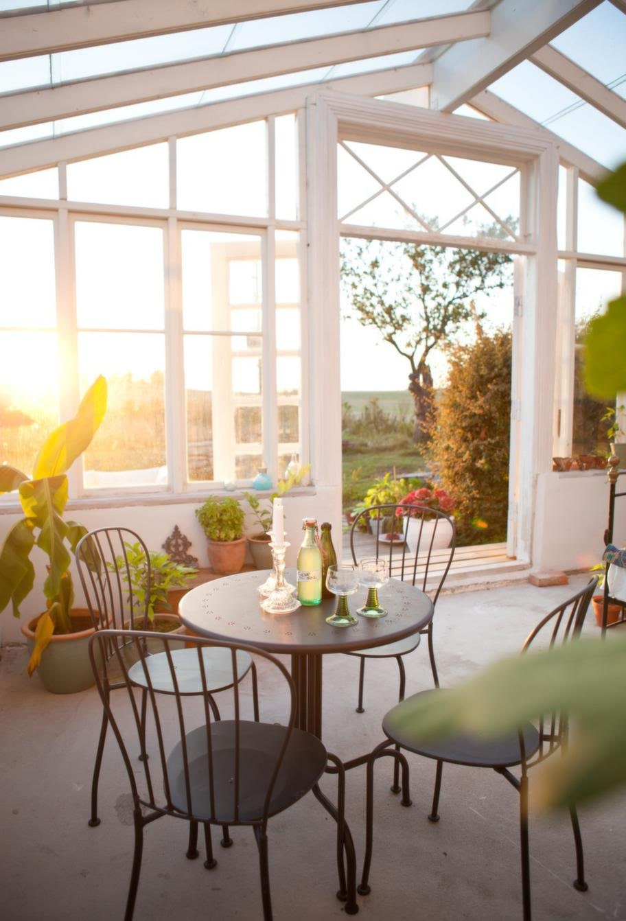 Fikamys. De stora pardörrana bjuder verkligen in utsikten ända in i rummet. Kafémöbler från Ikea.