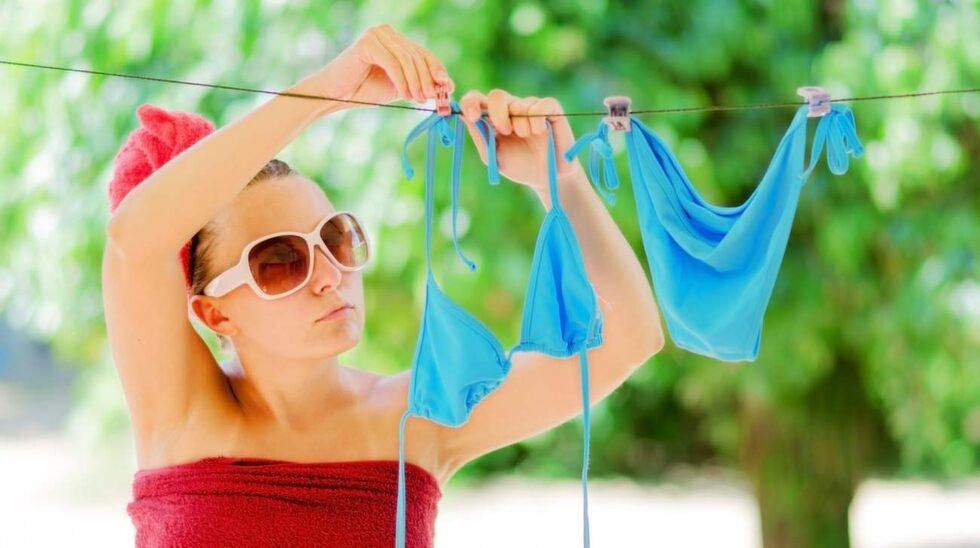 Ska du hänga upp badkläderna på tork ska du absolut inte göra det i solen. Då bleks dem. Häng dem hellre i ett halvmörkt rum.