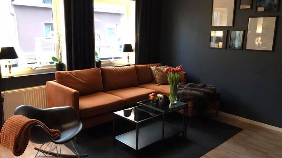 Soffborden hittades på Marketplace för 100 kronor. I vardagsrummet finns också en tv-bänk som Sandra fyndade för 300 kronor. Den kostade 2 200 kronor ny på Ikea.