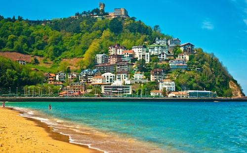 Njut av baskiska pintxos och magiska stränder i Spanska San Sebastian.