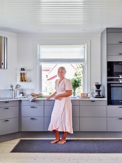 Ett nytt kök har satts in i stället för det gamla 1990-talsköket med träluckor och bänkskivor i olika material. Kök, Marbodal. Bänkskiva i marmor, Perssonsten i Hällabrottet. Matta, Himla.
