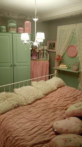 Det här är Evas sovrum. Mintgrön och rosa.