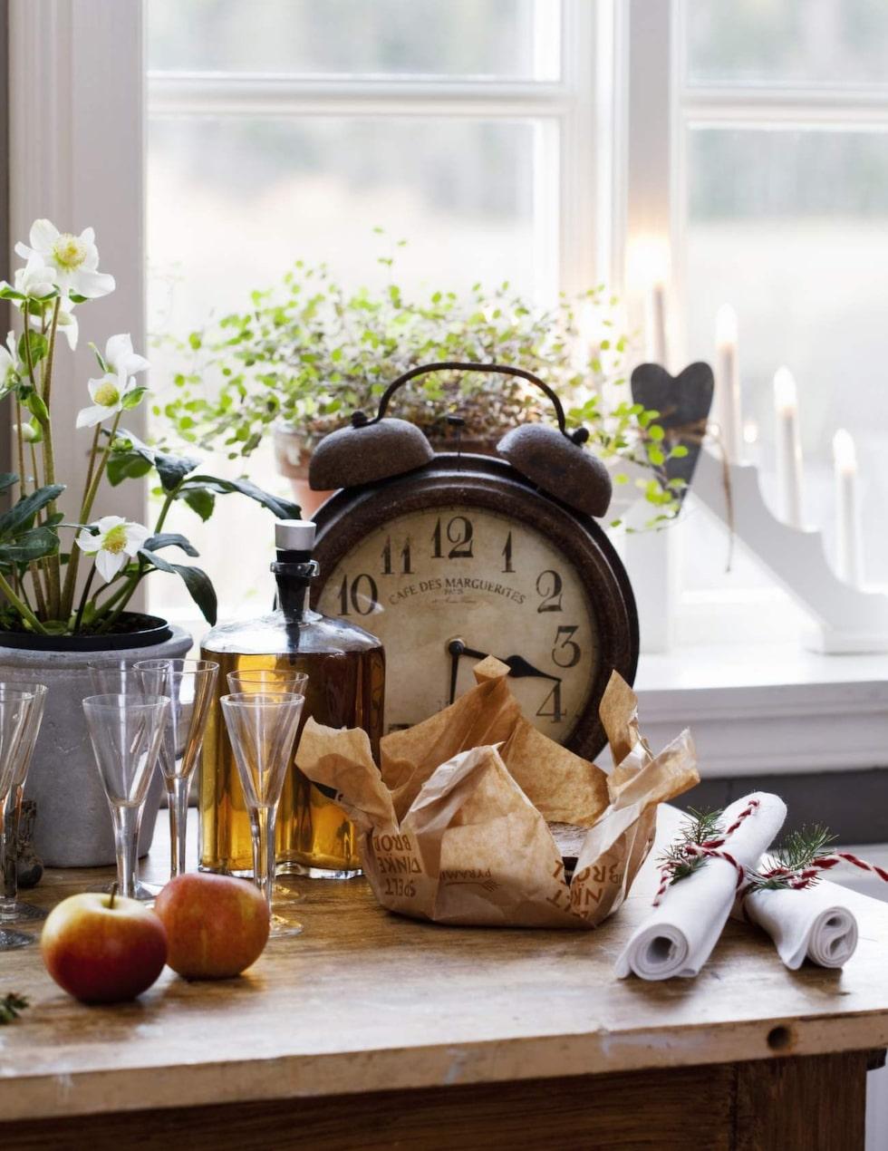I köket står ett gammalt bord som extra avställningsyta. Klockan kommer från Utängs antik. Ulf gör egen snaps varje jul med smak av kardemumma och kanel.