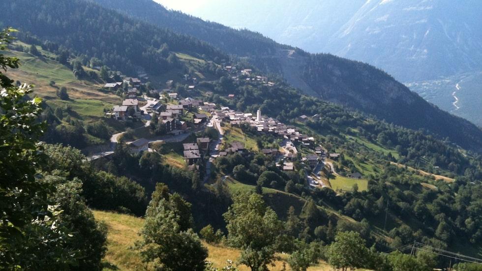 Den lilla alpbyn Albinen i Schweiz är beredd att betala människor för att flytta dit i  tio år.
