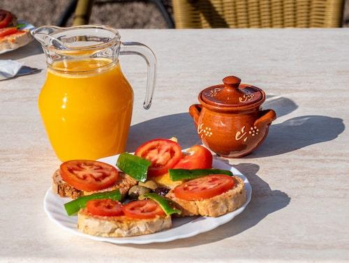 Färskpressad apelsinjuice och pa amb oli (bröd med olja) under besöket på ekologiska apelsinodlingen Ecovinyassa i apelsindalen utanför Sóller.