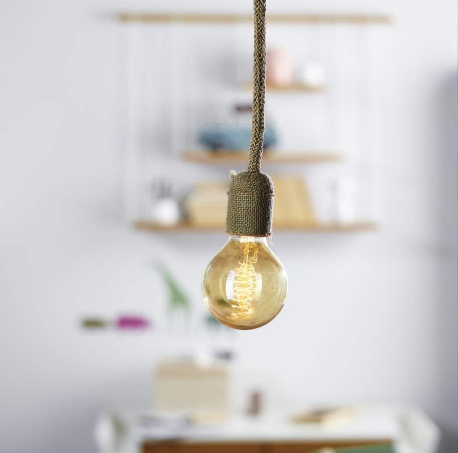 Inred med grova strukturer. Den nakna glödlampan skapar en kul kontrast till fästet och sladden som klätts med grov juteväv, 435 kronor, Watt & veke.