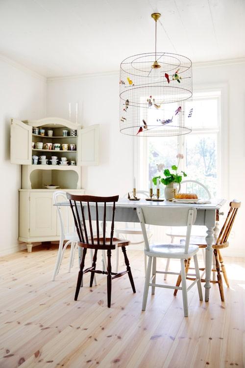 Bordet i köket är köpt i en antikaffär i Arboga och stolarna är en blandning mellan arvegods och loppisfynd. Lampa Grand Volière, Norrmalms el. Skåp, Returbolaget i Västerås.