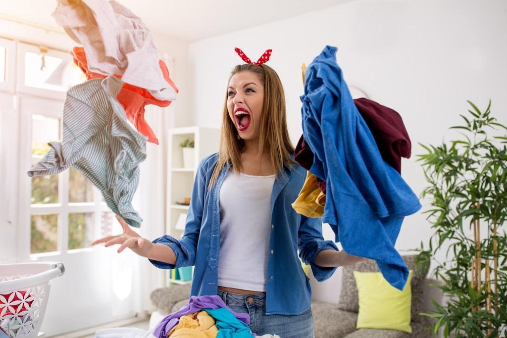 Visst är det jobbigt med efterarbetet av tvätten. Det ska torkas strykas, hängas upp och vikas in. Men här får du veta varför du aldrig ska torka tvätten imomhus.