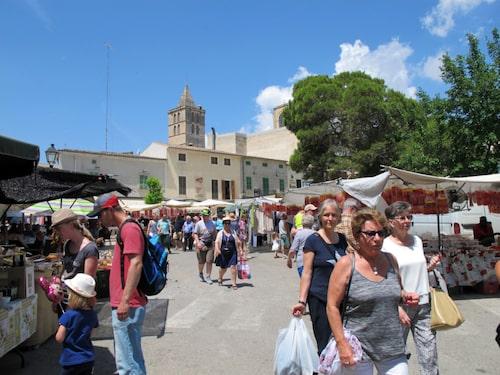 Förmiddagsbesök på en marknad är att rekommendera.