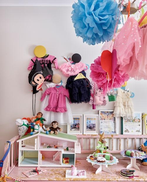 På knopparna The dots från Muuto hänger utklädningskläder och gulliga dockkläder. Den rosa soffan är ett loppisfynd.