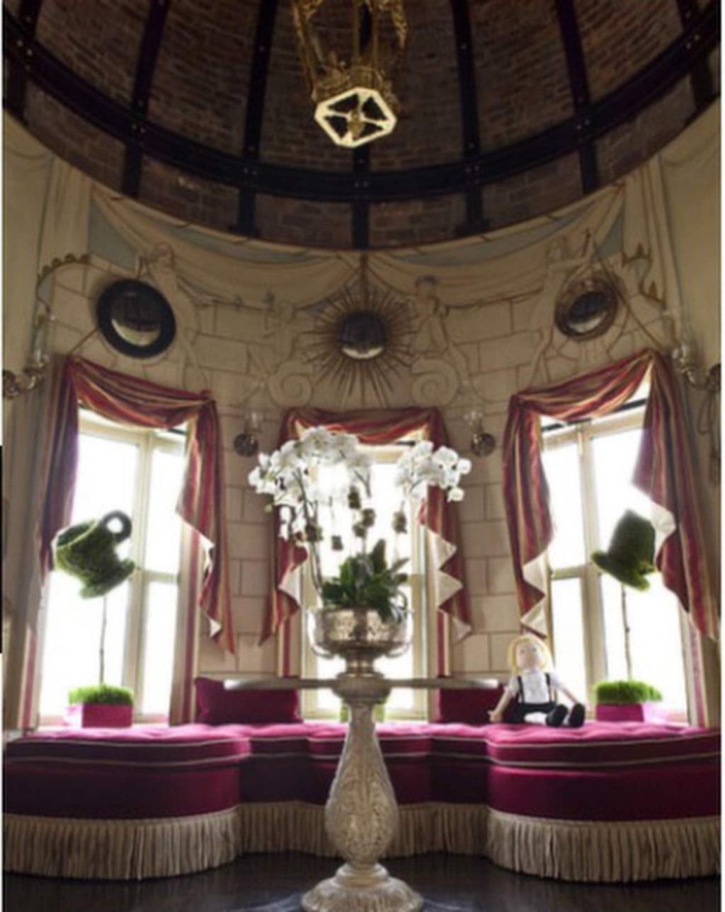 """""""Eloise""""-rummet med målningar av Hilary Knight."""