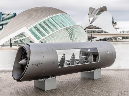 En Z01 Hyperloop-podd finns utställd på konst- och vetenskapsstaden Ciutat de les Arts i les Ciències i Valencia i Spanien.