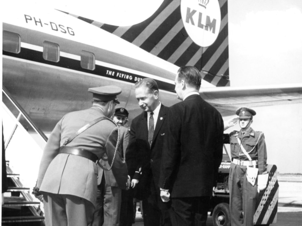 Dag Hammarskjöld är en av många som har flugit med KLM genom året. Här är han på bild innan en avresa i slutet av 1950-talet.